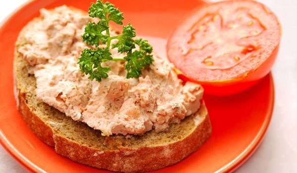 Пастет от консервирана риба и доматено пюрено