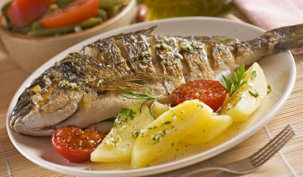 Риба във фолио с картофена гарнитура