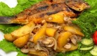 Пържена риба със задушени зеленчуци