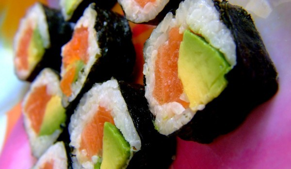 Суши с авокадо и сьомга