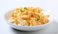 Бъркани яйца с мляко и шунка