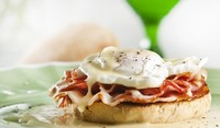 Яйца Бенедикт на сандвич