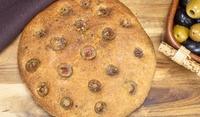 Пълнозърнеста фокача с картофи и маслини