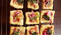 Квадрати с кромид лук, маслини и сирене