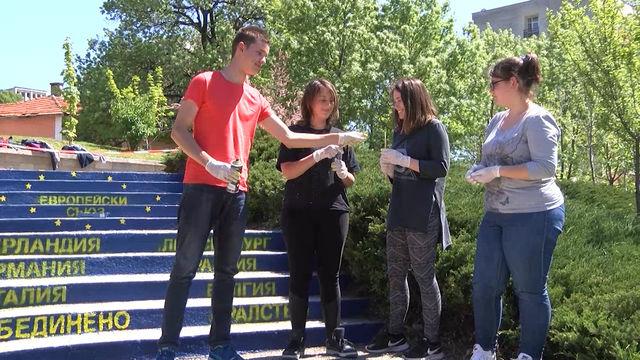 Ученици изрисуваха европейското знаме на стълбите в двора на ПМГ