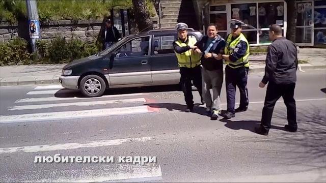 Мъж седна по средата на главен булевард в Смолян, стачкува заради мизерията в България