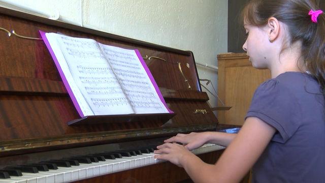"""Пиано """"Акорд"""" бе дарено на народно читалище """"Заря"""" в Хасково"""