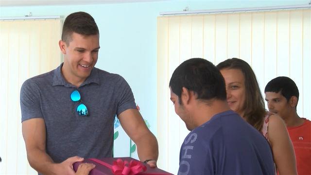 Българин от Америка дари лаптоп на хасковски деца с увреждания